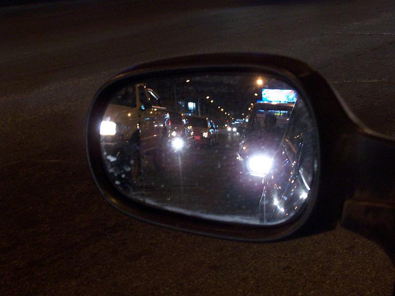 Mirando por el espejo lateral