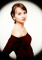 Miri Portrait in rotem Kleid