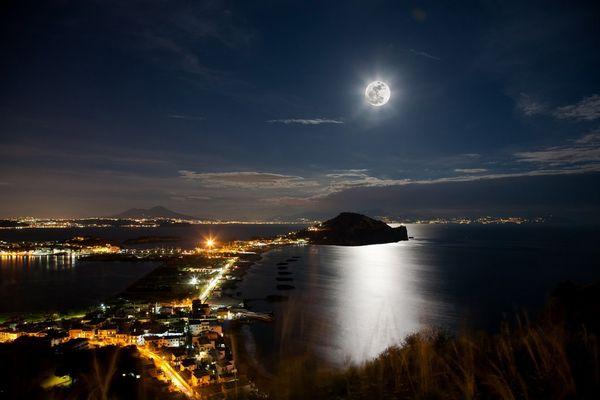 Miseno con la luna