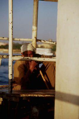 Misstrauische Blicke auf der Fähre über den Nil