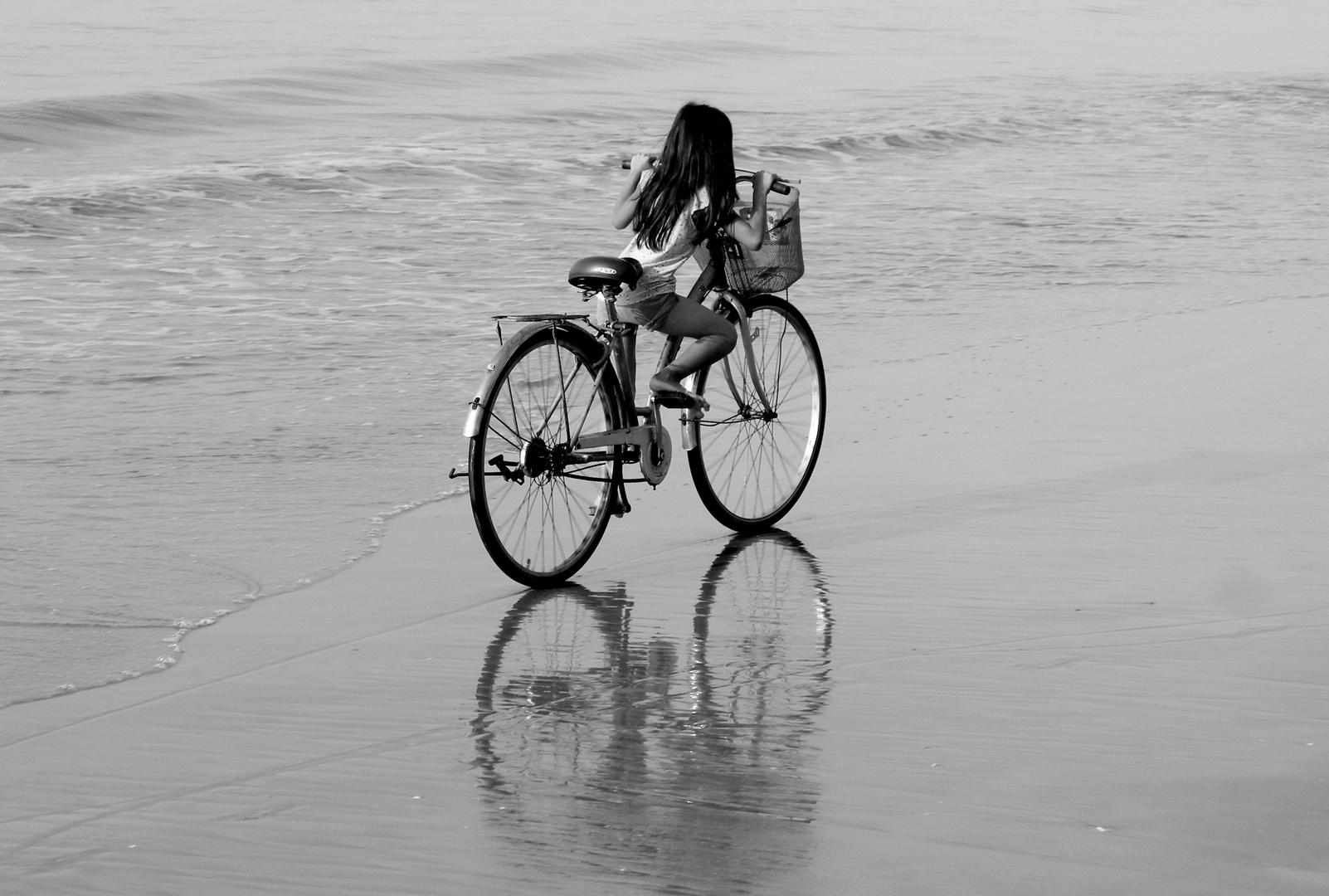Mit dem Fahrrad dem Strand entlang