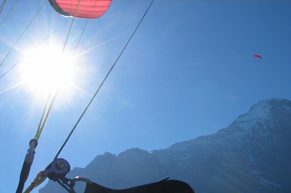 Mit dem Gleitschirm vor dem Eiger (Grindelwald)