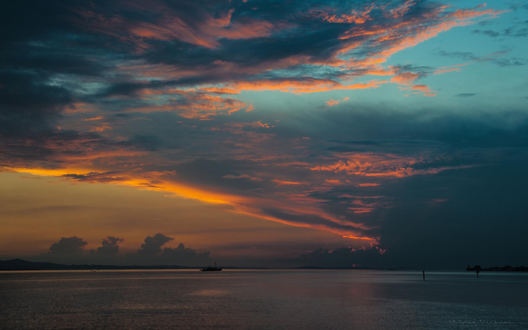 Mit dem Schiff in den Sonnenuntergang