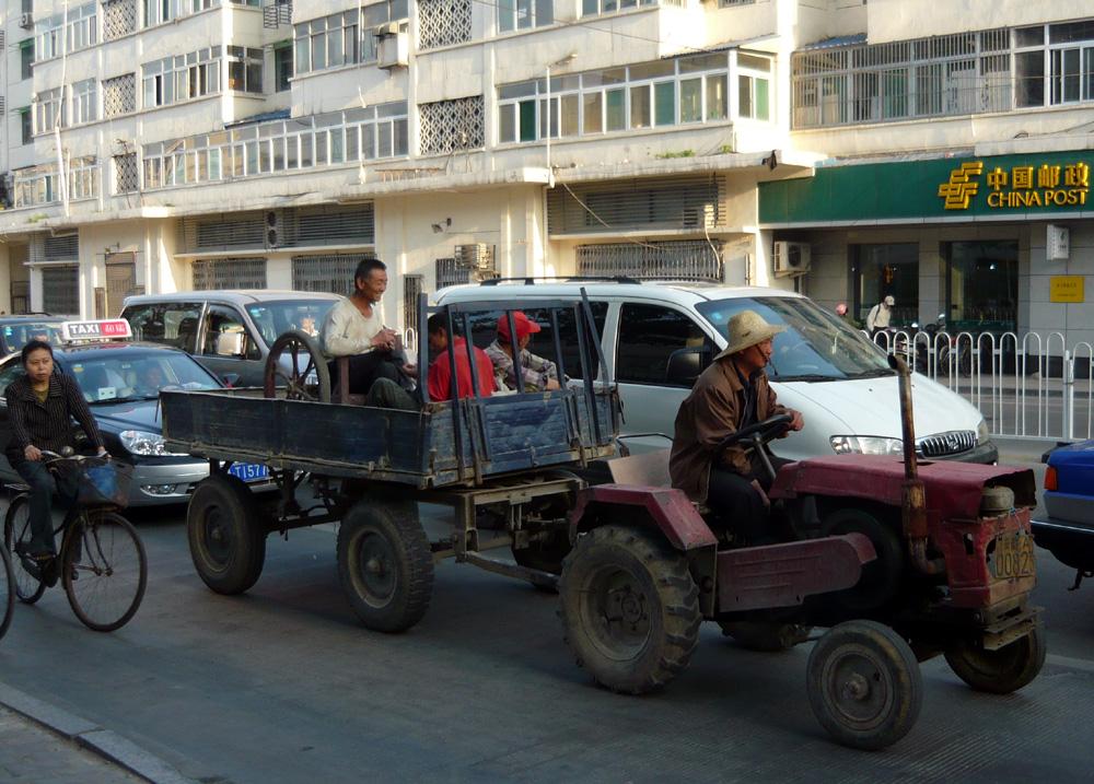 Mit dem Traktor in der großen Stadt