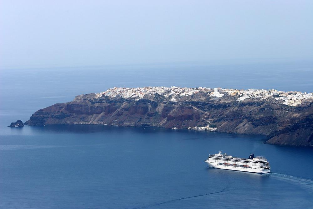 Mit dem Tretboot an Oia und der Caldera vorbei auf offene Meer