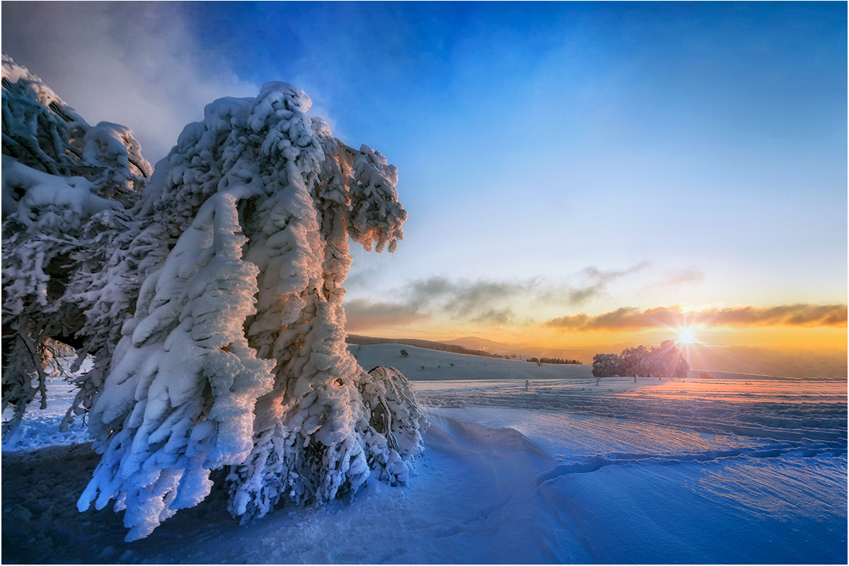 mit den letzten Sonnenstrahlen im Schnee