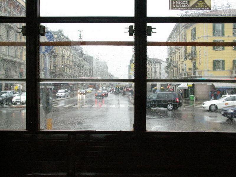 Mit der Straßenbahn bei Regen durch die Stadt gegondelt