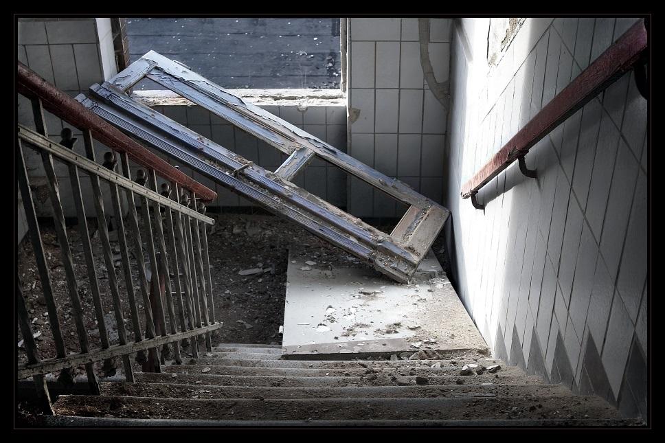 mit der t r ins haus fallen bild foto von gilbert baumann aus jury voting fotografie. Black Bedroom Furniture Sets. Home Design Ideas