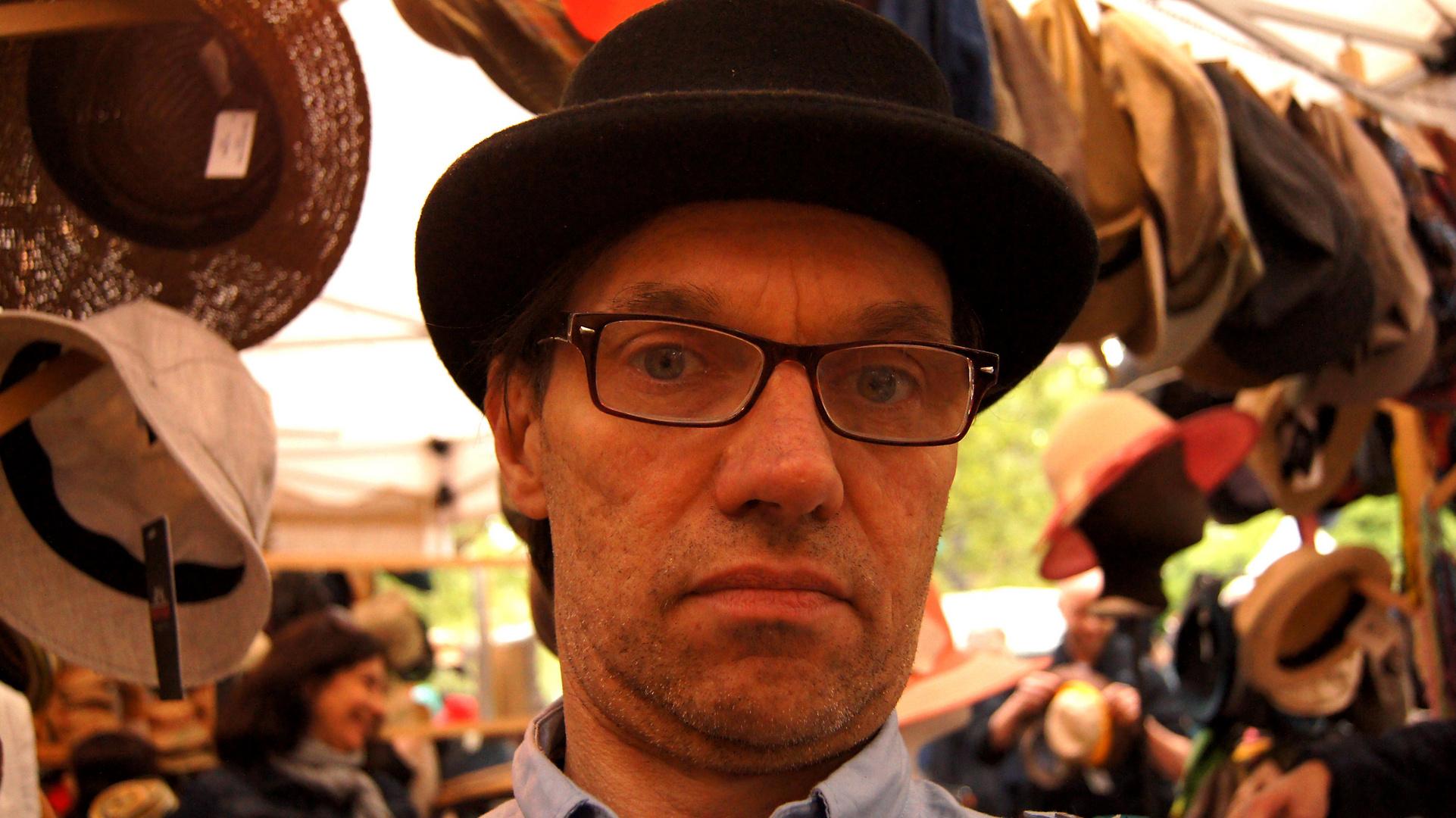 mit Hut und Brille