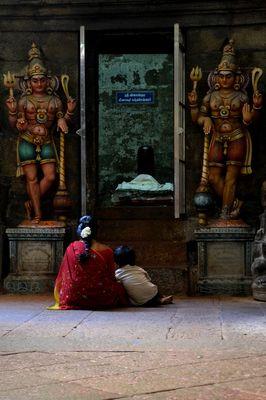 Mit Mama im Tempel