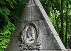 Mit Ohrbehang ( Jüdischer Friedhof Prenzlauer Berg ) Grabmal Loewe-->