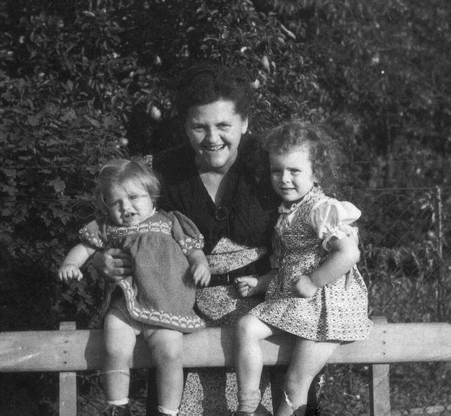 Mit Oma Elli und Cousine Regina im Garten