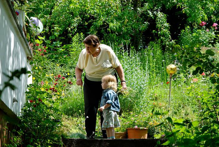 Mit Oma im Garten