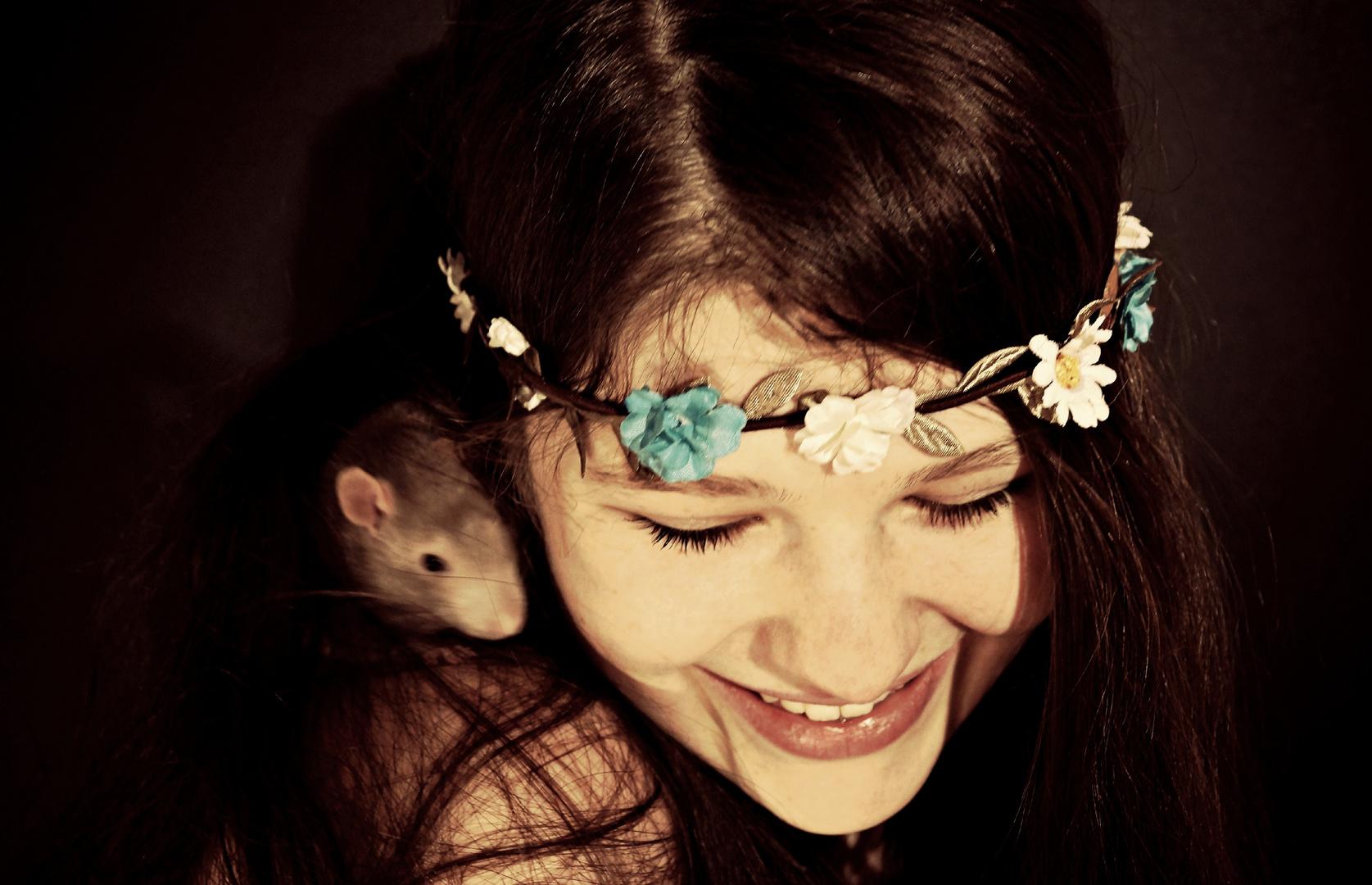 Mit Ratte und Blumenkranz
