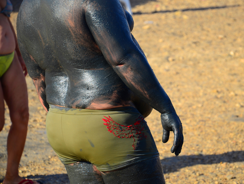mit Schlamm eingeriebener Körper am Ufer des Toten Meeres in Israel