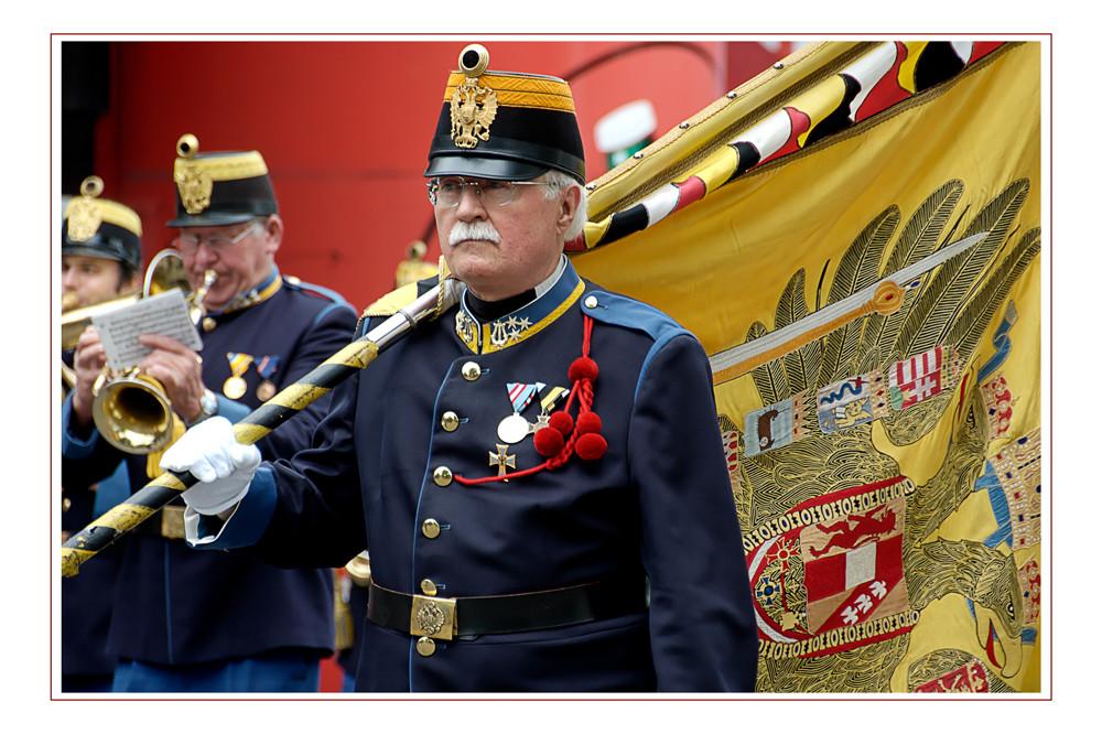 Mit Stolz und Würde trägt er die Fahne