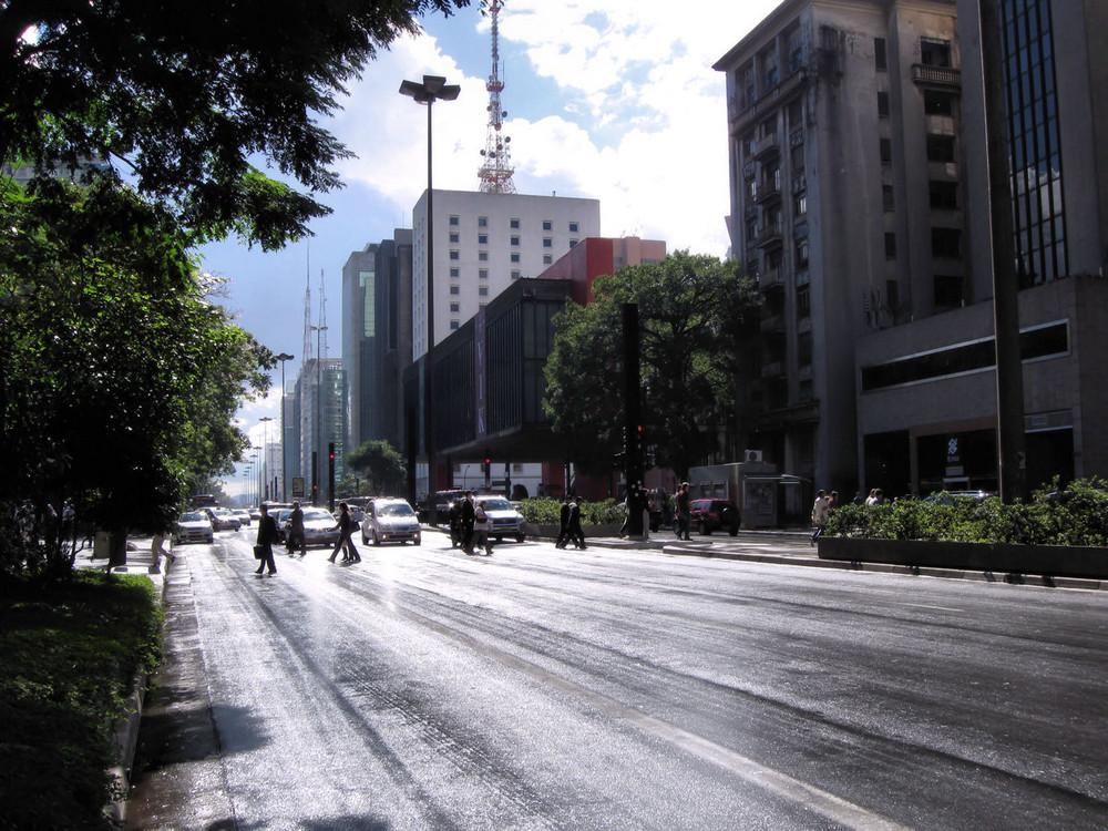 Mittags auf der Av. Paulista nach einem Schauer...