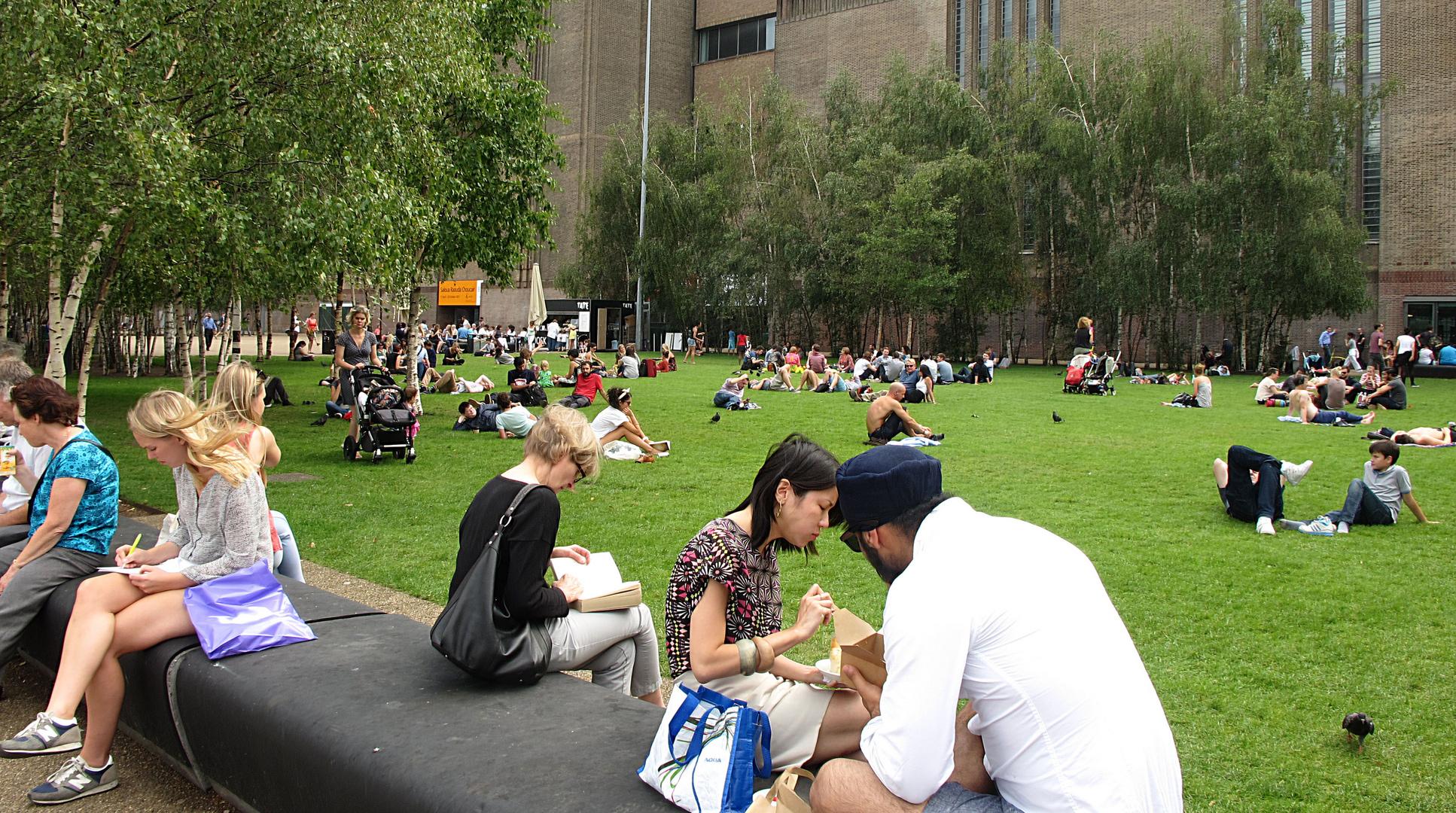 Mittagspause  in London vor der Tate Moderne .