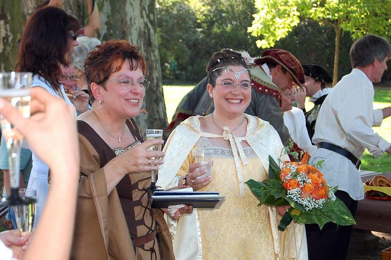 Mittelalter Hochzeit Braut und Mutter glücklich
