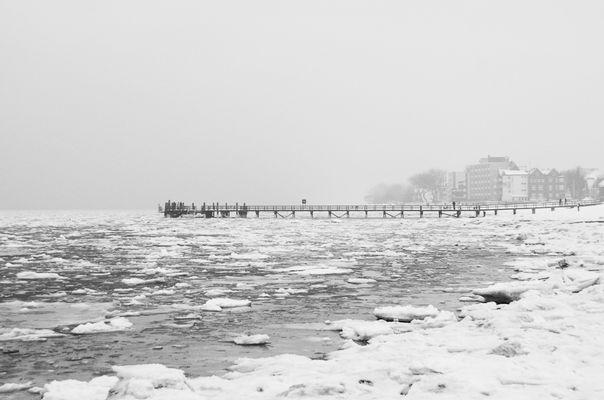 Mittelbrücke im Griff des Eises