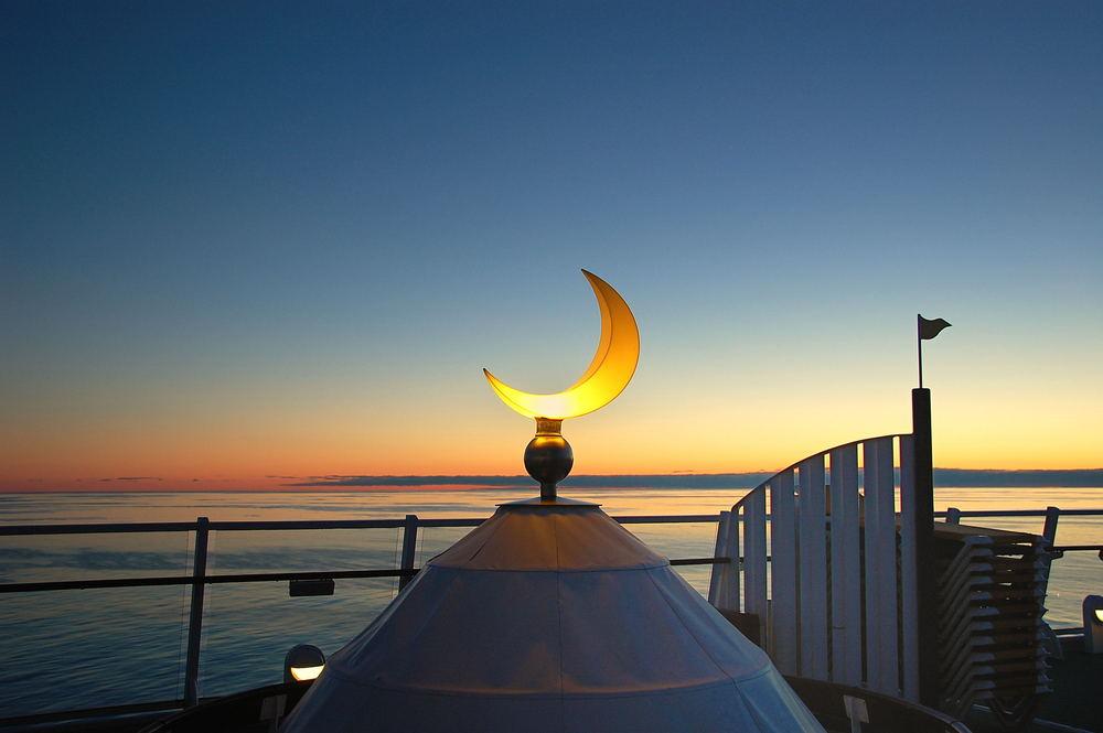 Mitternachtssonne mit künstlichem Mond
