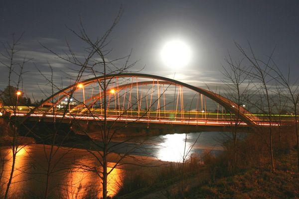 MLK-Brücke bei Vollmond