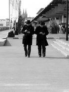 Mobiles, mobiles-hommes aux chapeaux