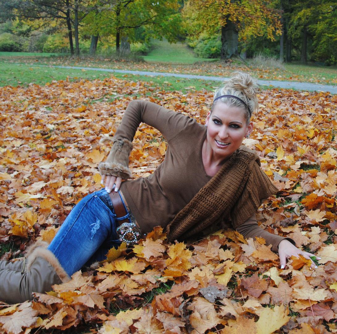 Model Yvonne Grebenstein Herbstshooting Schloßpark Wilhelmstal