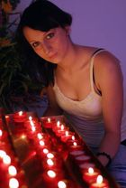 Modell bei Kerzenlicht