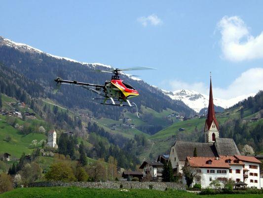 Modell-Hubschrauber im Passeiertal / Südtirol