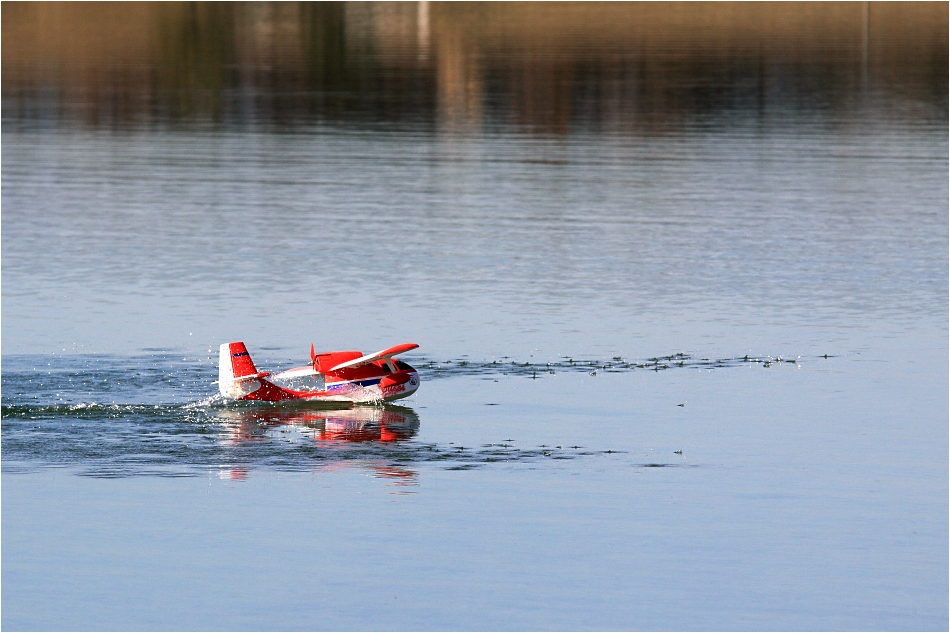 Modell-Wasser-Landung