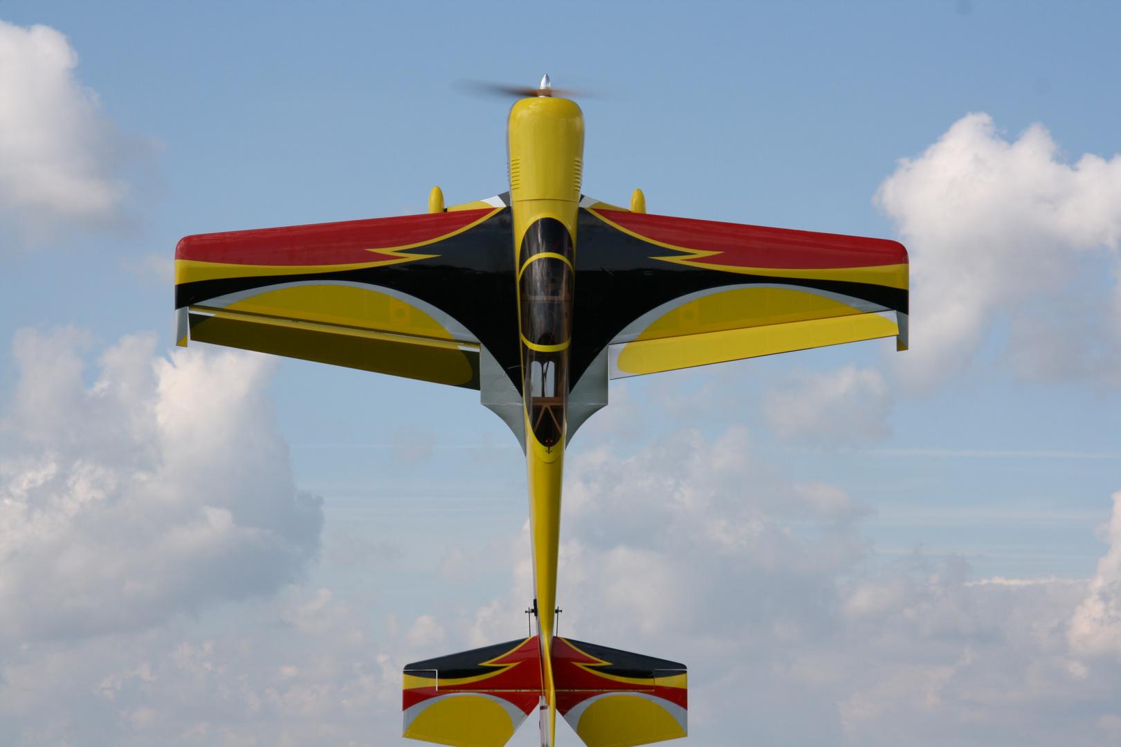 Modellflugzeug beim Kunstflug