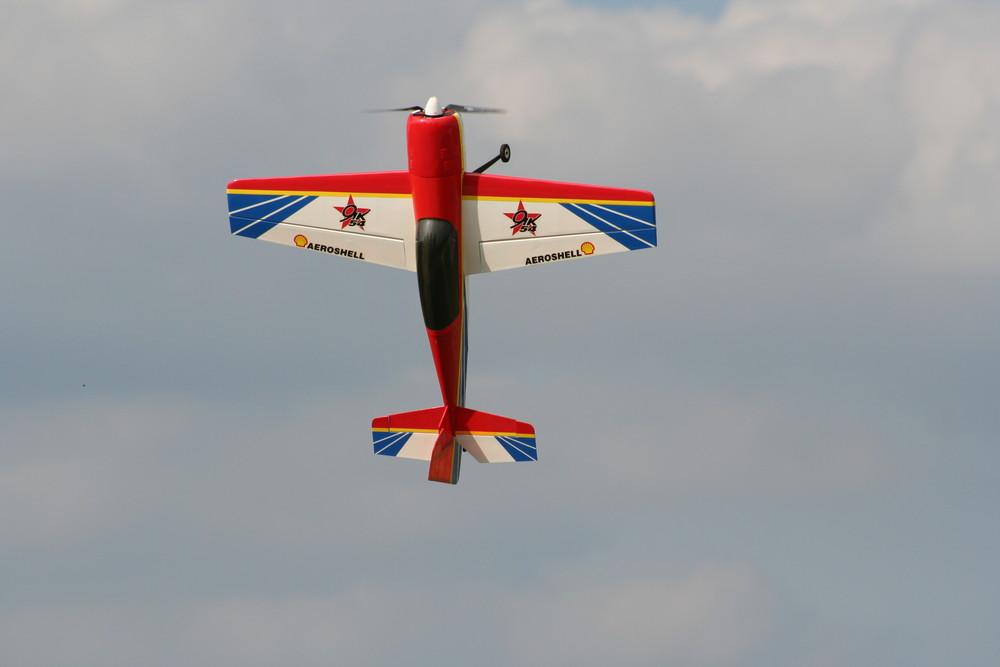 Modellflugzeug beim Torquen