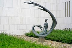 Moderne Bronzeskulptur im 'Vorgarten' eines Versicherungshochhauses