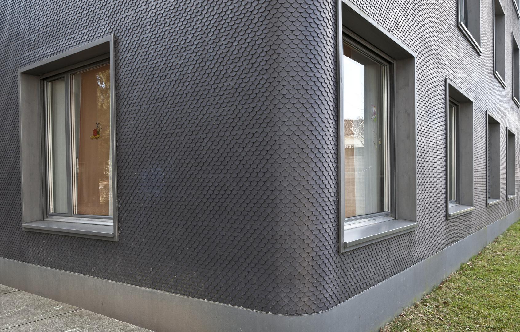 Modernes haus mit schindelfassade foto bild for Modernes haus mit holzfenster