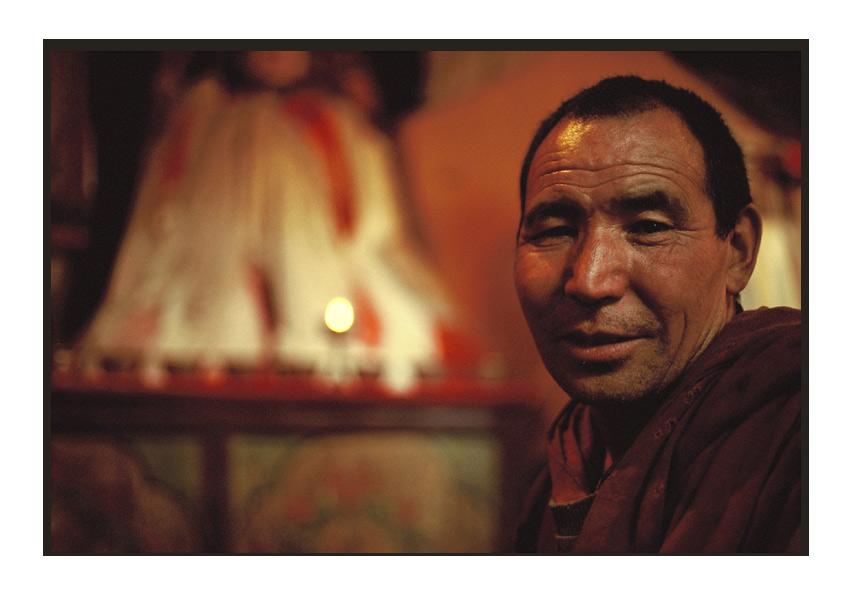 Mönch im Gebetsraum des Klosters Thikse, Ladakh