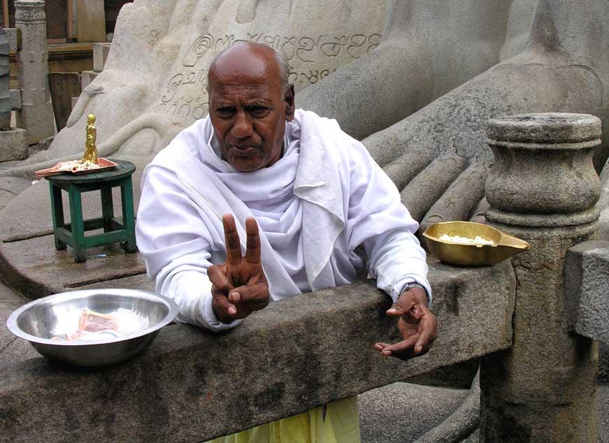 Moench im Sravanabelgola Jain Tempel