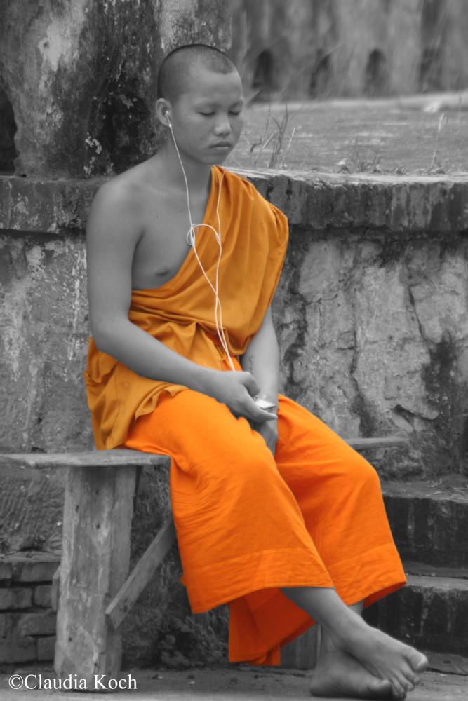 Mönch mit iPod in Laos