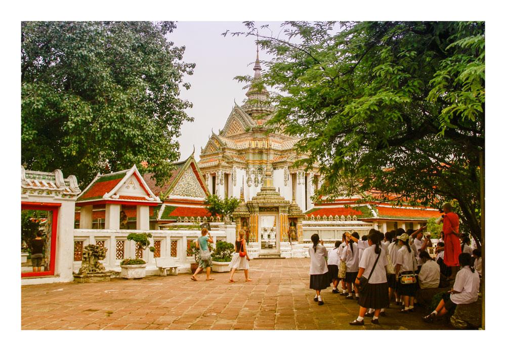 Mönch mit Schülern beim Unterricht