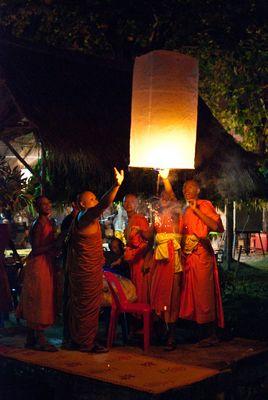 Mönche am Lichterfest in Sukhothai