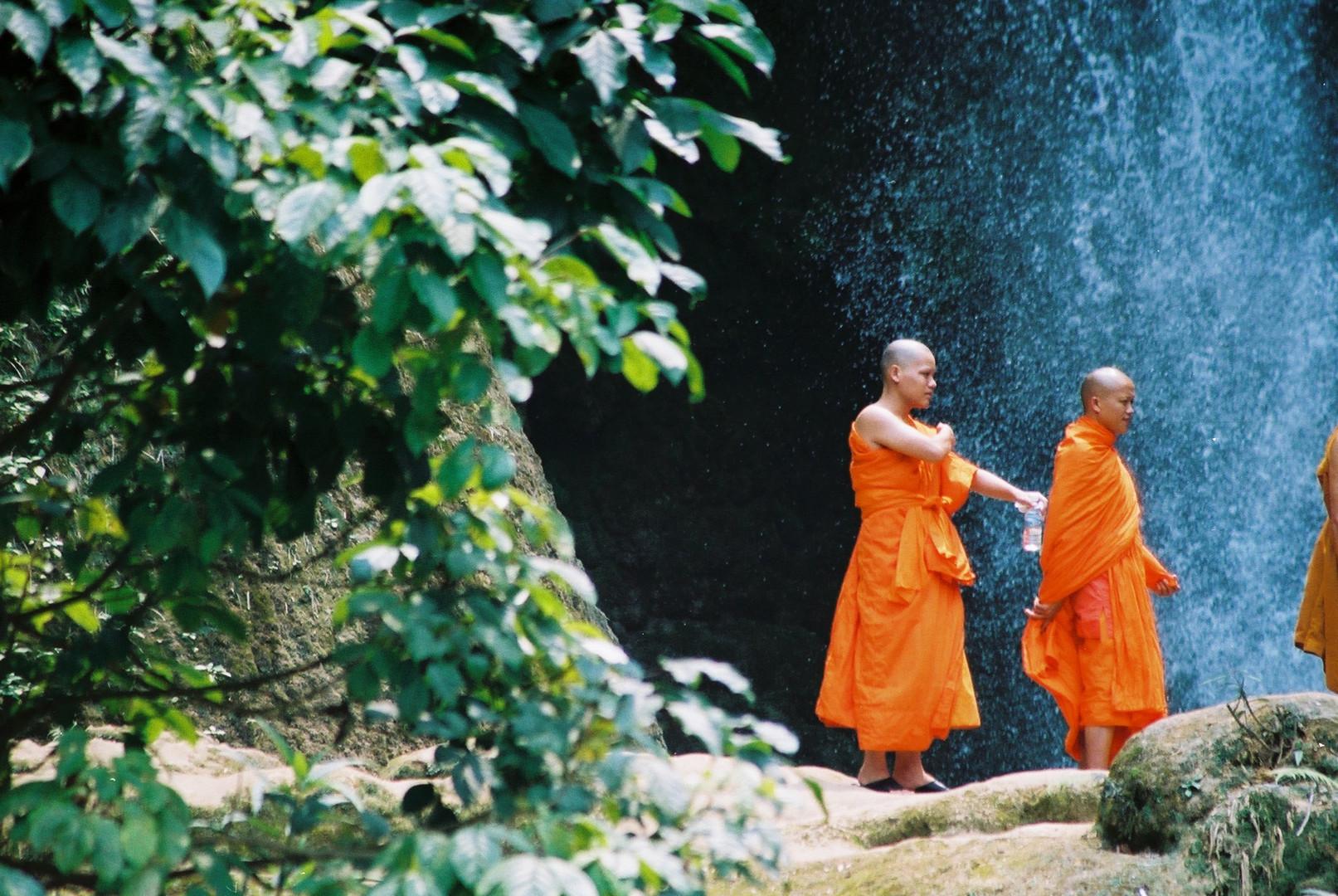 Mönche am Wasserfall, Laos