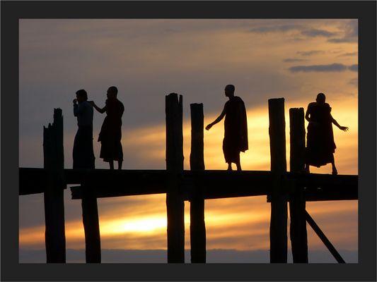 Mönche auf der U-Bein Brücke