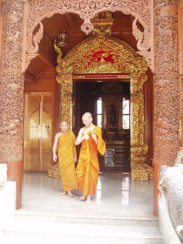 Mönche im Bergtempel von Chang Mai, Thailand