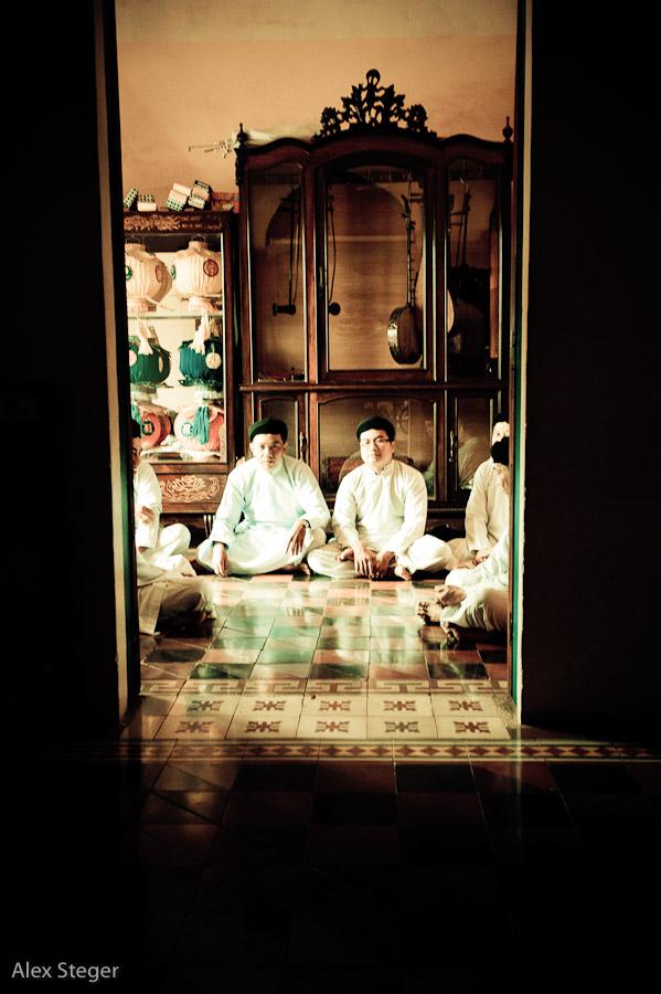 Mönche im Cao Dai Tempel
