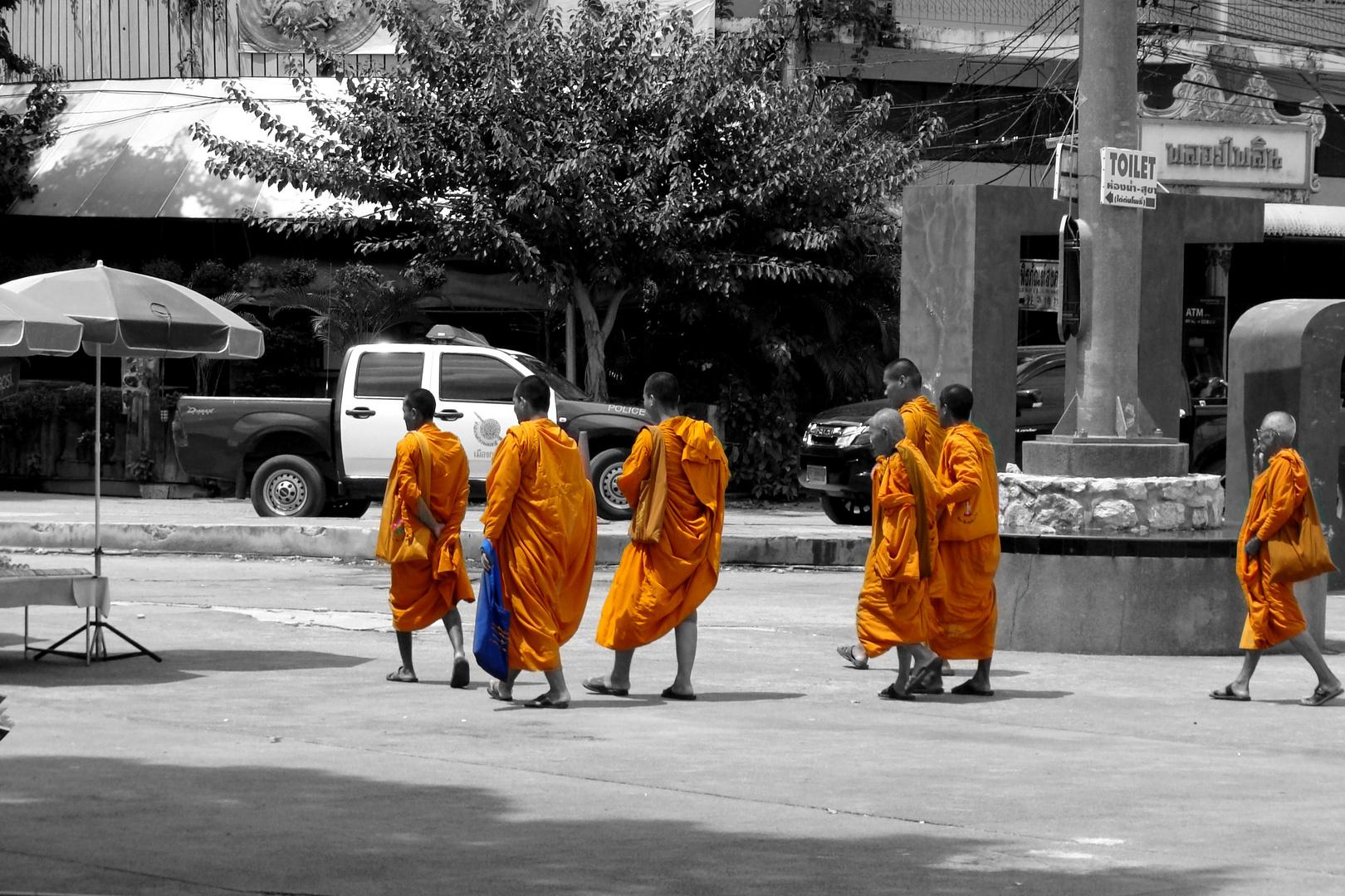 Mönche in Kanchana Buri