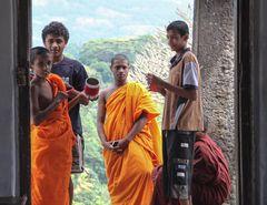 Moenche Tempel street Sri Lanka  HASS oder FREUNDE