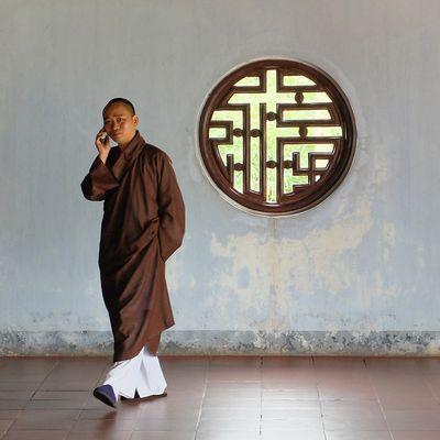 moine au portable