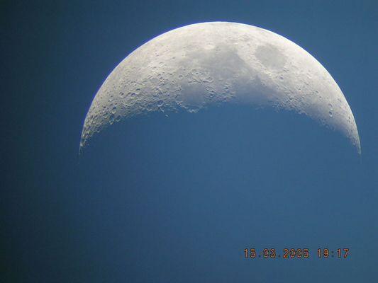 Mond am frühen Abend