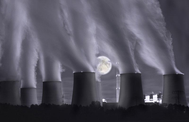 Mond am Kraftwerk