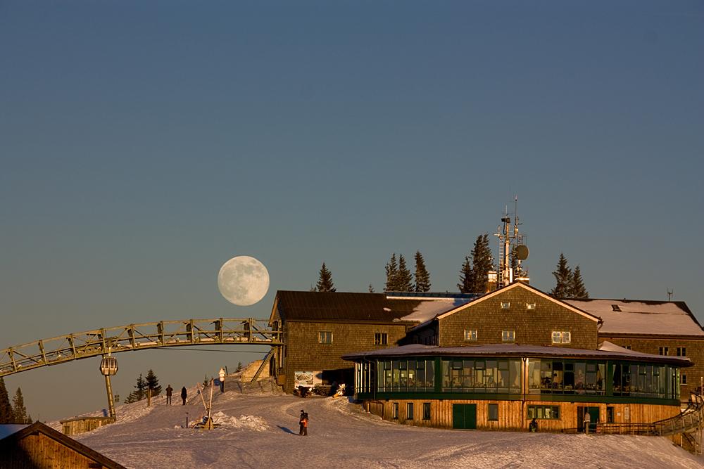 Mond Aufgang an der Wallberg Seilbahnstation